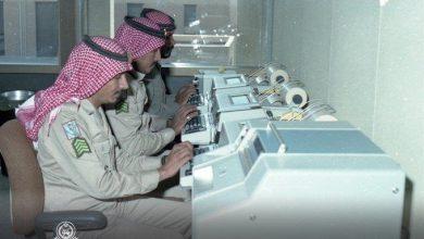 صورة التقطت قبل 43 عاماً.. صورة لثلاثة من أفراد الحرس الوطني أثناء التدريب على جهاز المبرقة