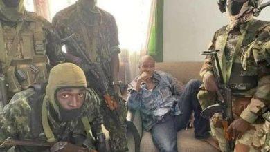صورة بعد القبض عليه من قبل الانقلابيين.. ماذا حدث مع رئيس غينيا وأين يتواجد الآن؟