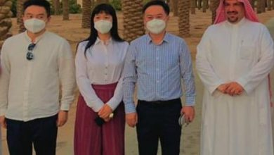 صورة تذوقت التين الذي تفردت باسمه سورة مباركة بالقرآن.. شاهد السفير الصيني يبدي إعجابه بالمنتجات السعودية
