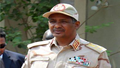 صورة حميدتي يبرر تعدد الانقلابات في السودان بانشغال السياسيين بكراسي الحكم