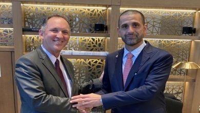 صورة سفير البحرين في إسرائيل يصل إلى إسرائيل ويتسلم مهامه