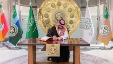 صورة شاهد: الأمير خالد بن سلمان يدوّن كلمة لـ القوات البرية.. ويقف على استعدادها وجاهزيتها