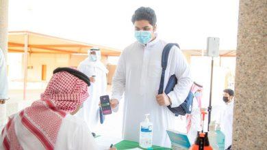 صورة شاهد الطلاب يعودون إلى مدارسهم في أول أيام الدراسة الحضورية