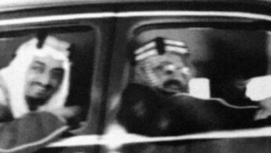 صورة شاهد: صورة نادرة لـ المؤسس يستقل سيارة ومعه الملك فيصل.. والكشف عن مكان التقاطها وتاريخها