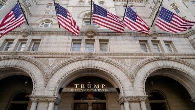 صورة قرار مفاجئ من ترامب بشأن فندقه المخطوط اسمه بحروف ذهبية