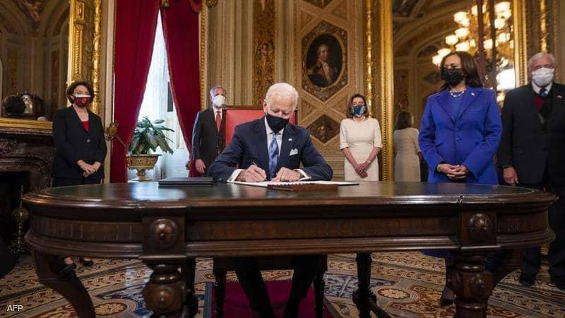 """صورة """"3 ورقات"""".. أول توقيع للرئيس الأمريكي بايدن بعد التنصيب.. وهذه وعوده منذ اليوم الأول"""