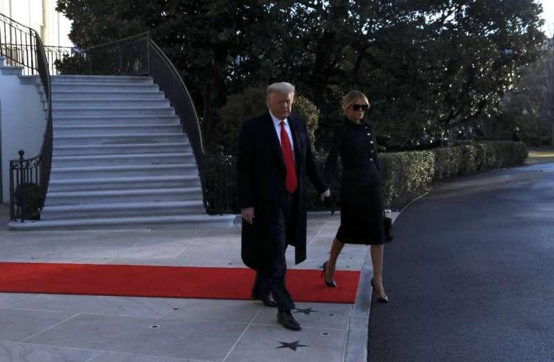 صورة ترامب يغادر البيت الأبيض قبل انتهاء ولايته الرئاسية