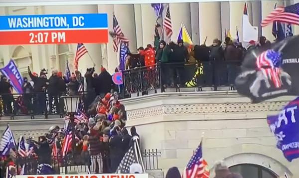 صورة متظاهرون من أنصار ترامب يدخلون مبنى الكونغرس وحظر تجول في واشنطن
