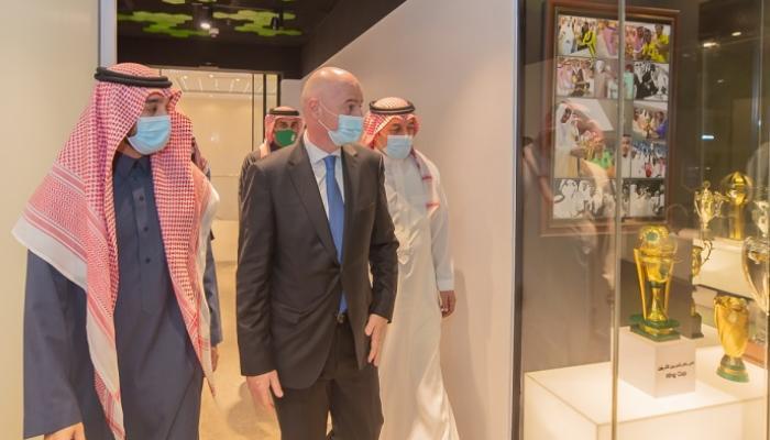 صورة رئيس الفيفا يبحث تطوير الكرة الخليجية