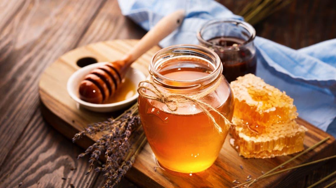 صورة ماذا يحدث عند الإفراط في تناول العسل؟