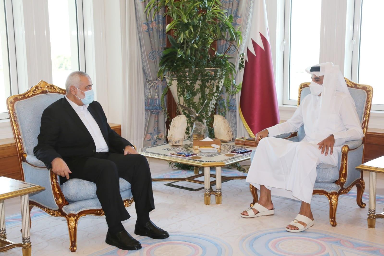 صورة هنية يلتقي أمير قطر ويهنئه بالمصالحة الخليجية
