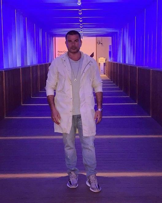 صورة في أحدث ظهور له.. سخرية من ملابس عمرو دياب