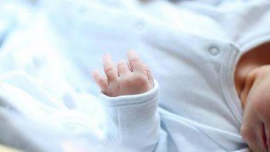 صورة طبيب باكستاني يبيع مولودًا عجز والداه عن دفع نفقات ولادته