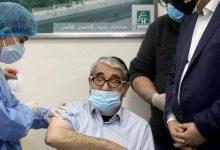 صورة لبنان.. إعطاء أول جرعة من لقاح كورونا لطبيب وفنان شهير
