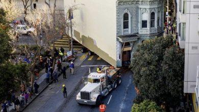 صورة شاهد: أمريكي يدفع 400 ألف دولار لنقل منزله من حي لآخر