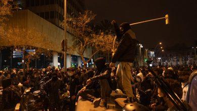 صورة مظاهرات حاشدة وأعمال شعب تنديدا باعتقال مغني بإسبانيا