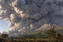صورة ثوران بركان في إندونيسيا.. ورماده يلامس الغيوم