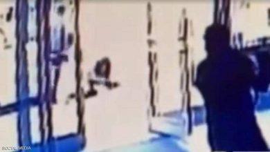 صورة بالفيديو: جريمة مروعة رصدتها الكاميرات.. والحارس لم يفعل شيئا