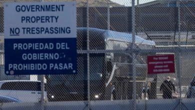صورة أميركا تحتجز عددا قياسيا من المهاجرين على الحدود مع المكسيك