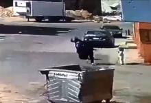 صورة بالفيديو: غضب في السعودية.. لص يعتدي على سيدة بعنف ويسقطها أرضا أمام طفلتها