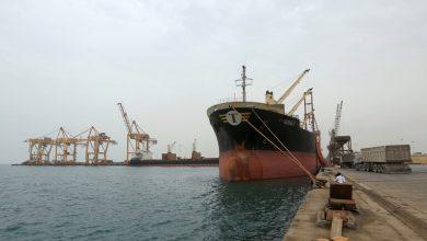 صورة طيران التحالف العربي يصيب ميناء للحبوب في اليمن