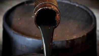 صورة النفط يغلق عند أعلى مستوى له منذ عامين