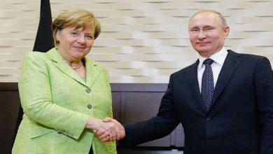 صورة ميركل تطالب بوتين لخفض قواته عند الحدود مع أوكرانيا