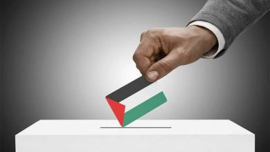 """صورة الرئيس الفلسطيني: يؤجل الإنتخابات وحماس تندد ب""""الانقلاب"""" وخبراء وصفوه بـ """"الإلغاء لا التأجيل"""""""