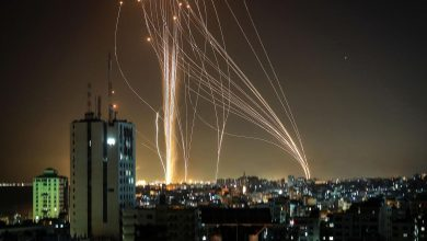 صورة بالصور والفيديو: القسام يقصف تل ابيب وضواحيها بعشرات الصواريخ رداً على استهداف غزة