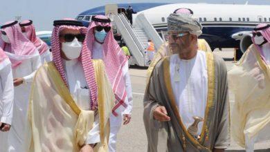 صورة وزير الخارجية السعودي يصل عُمان قادماً من الإمارات