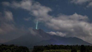 صورة رصد ضوء أخضر غريب فوق بركان إندونيسي أثناء ثورانه