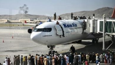 صورة آلاف الأفغان يحتشدون بمطار كابل.. والقوات الأمريكين تقتل مسلحين اثنين