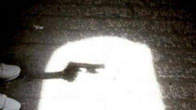 صورة أمريكا: طفل يلهو في المنزل أثناء انشغال والدته بمكالمة فيديو.. وبعد عثوره على مسدس كانت الصدمة!