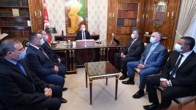 صورة الرئيس التونسي يجرى تغييرات بالأمن والحرس الوطنيين (فيديو)