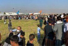 صورة السفيرة الأمريكية تعلن وصول أول رحلة جوية تقل أفغانا إلى الكويت