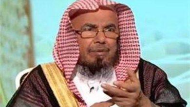 صورة الشيخ المطلق يوضح حكم الصلاة في فناء المقابر-فيديو