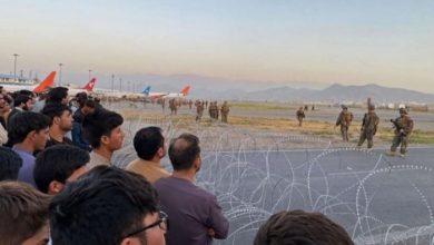 صورة القوات الأمريكية تطلق النار بمطار كابول بعد اجتياح حشود للمدرج