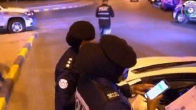 صورة دورية شرطة نسائية في الكويت تستوقف سائقة .. وبعد رفضها النزول كانت المفاجأة!