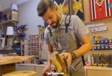 صورة شاب سعودي يبدع في تحويل مخلفات الأشجار إلى أعمال فنية وأثاث منزلي