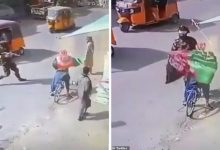 صورة شاهد مسلح من طالبان يعترض شابا يقود دراجة وسط شارع في كابل ويصفعه على وجهه