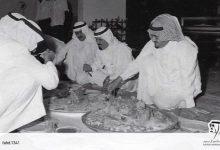 صورة صورة تاريخية تجمع خادم الحرمين مع الملك فهد والملك عبد الله أثناء تناول الطعام