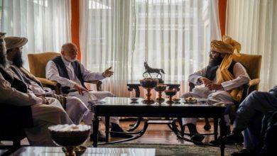 صورة قيادي في طالبان يلتقي كرزاي لبحث تشكيل حكومة أفغانية جديدة