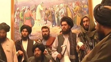 صورة لو عرفوا معناها لأزالوها.. رسام يكشف قصة اللوحة التي ظهرت خلف قيادات طالبان في قصر الرئاسة الأفغاني