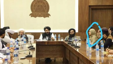 صورة مرتديةً الحجاب.. وزيرة أفغانية سابقة تجلس على طاولة واحدة مع قادة طالبان