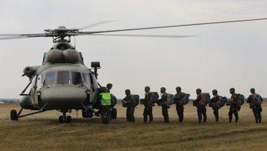 صورة مظليون قطريون يشاركون في تدريبات إنزال جوي بروسيا