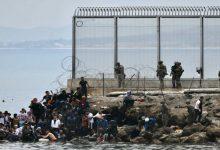 صورة من سبتة إلى المغرب.. إسبانيا تطرد نحو 800 مهاجر قاصر