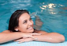 صورة ما هو تفسير حلم السباحة في المسبح مع أشخاص للعزباء والمتزوجة والحامل